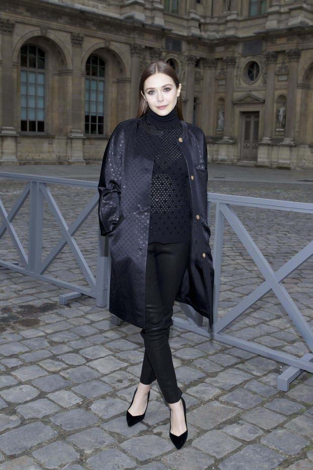 Elizabeth Olsen elige el total black: sweater calado, pantalones ajustados y unos stilettos para un look bien prolijo. El peinado es un poco estructurado para su edad, ¿no?. Foto: Gentileza Brandy PR