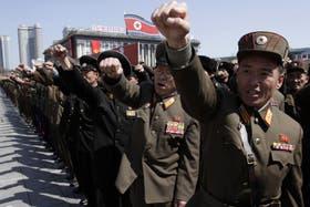 Soldados norcoreanos en la plaza Kim II Sung, en el centro de Pyongyang