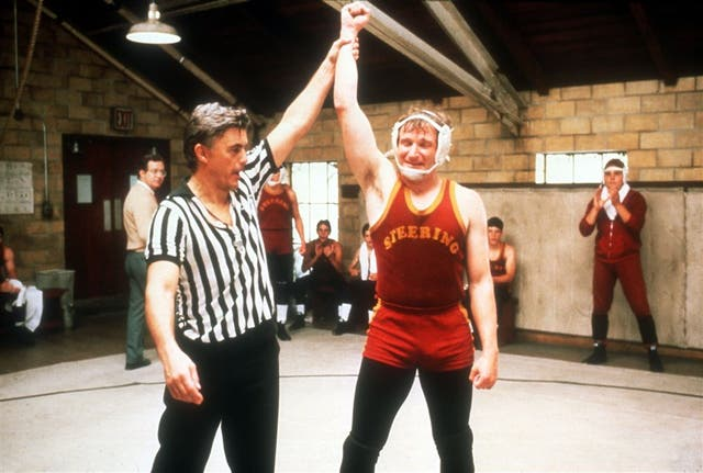 Una escena de la versión fílmica de El mundo según Garp (1982), de George Roy Hill. Junto a Robin Williams, que encarna al protagonista, John Irving oficia de árbitro de lucha libre