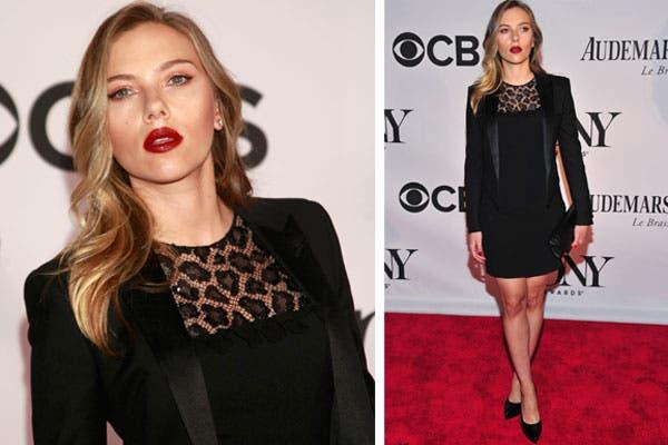 Scarlett Johansson optó por un total black. El único touch de color estaba en sus labios, rojos.. Foto: /Getty Images