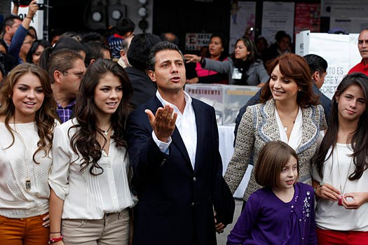 El presidente mexicano y su actual mujer, Angelica Rivera, con algunos de los hijos de ambos, entre ellos, Nicole y Paulina Peña Nieto. Foto: Archivo