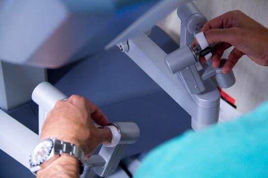 Cualquier temblor de la mano del cirujano es absorbido por los movimientos del robot. Foto: LA NACION / Sebastián Rodeiro