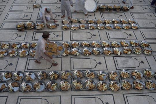 Voluntarios preparan la comida en una mezquita de Karachi, Paquistán. Foto: AP