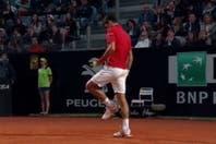 La insólita lesión de Novak Djokovic: se golpeó el tobillo quitándose el polvo de ladrillo de la zapatilla