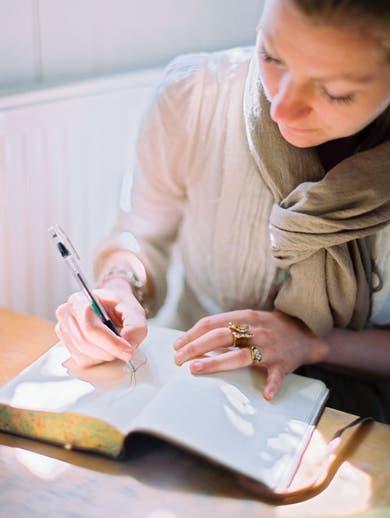 Para empezar, lo ideal es escribir durante 20 minutos por lo menos durante cuatro días seguidos.