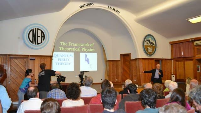 El científico y Nobel de Física dio una clase magistral a los alumnos y público de Bariloche