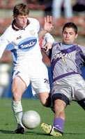 Di Lorenzo, de Rafaela, se lleva la pelota ante la marca de Gandolfi