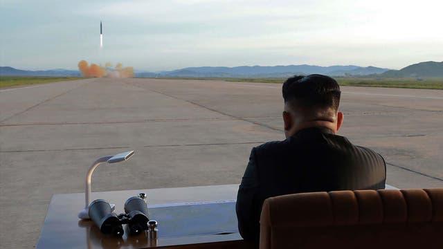 """Donald Trump vuelve a cargar contra Kim Jong-un y se burla por Twitter al llamarlo """"hombre cohete"""""""