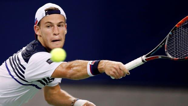 Diego Schwartzman exigido por el reves de Roger Federer