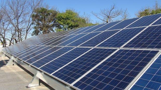 Algunos de los paneles solares que se instalan en las autopistas para alimentar a las cabinas de peaje