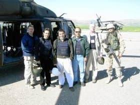 Corcuera (tercero desde la izquierda) junto a colaboradores de las Naciones Unidas en una base aérea en Irak