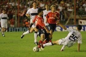 Agüero, que reemplazó a Herrón, intenta eludir a Licht; el delantero de Independiente fue a último momento al banco de suplentes