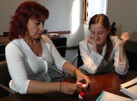 María del Carmen Varela (izq.) realiza ejercicios cognitivos junto a la licenciada María Roca, de Ineco
