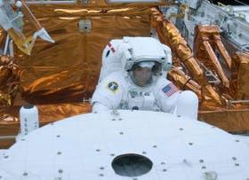 Un astronauta de la NASA sale de la bodega de carga del Atlantis para comenzar la reparación del Hubble