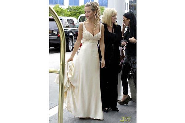 El vestido, de satén, caída lánguido y con una cola. Foto: Just Jared