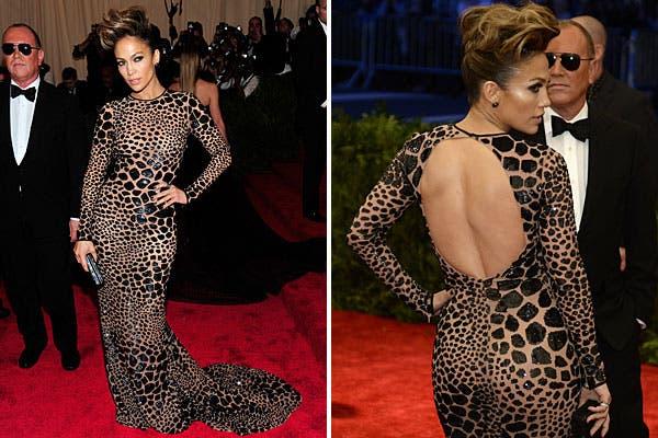Como siempre muy sexy, Jennifer Lopez optó por un traje apretadísimo que marca todas sus curvas, de Michael Kors. Foto: AP, AFP y Reuters