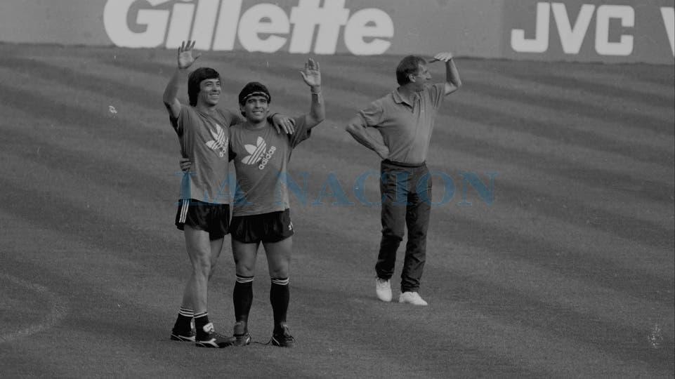 30-6-1990: en el entrenamiento en Trigoria, junto con el Pepe Basualdo y Carlos Bilardo.. Foto: LA NACION