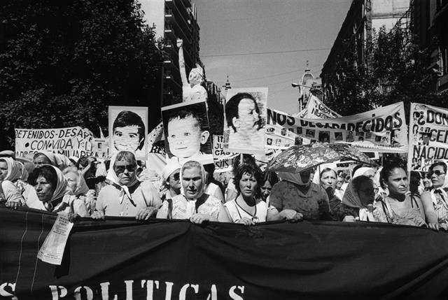 Una de las obras que integran Sublevaciones en el Muntref: Niños desaparecidos: Segunda Marcha de la Resistencia, 9 y 10 de diciembre de 1982, de la colección Eduardo Gil.
