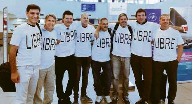 Parte del grupo de amigos en el aeropuerto de Rosario antes de salir hacia Estados Unidos