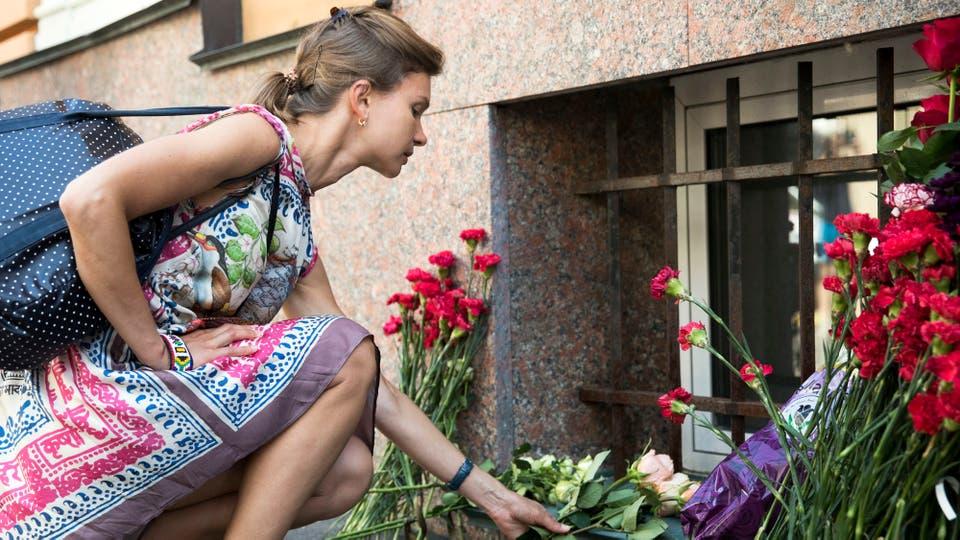 Tras el atentado de ayer, Barcelona homenajea a sus víctimas con un minuto de silencio. Foto: AP / Pavel Golovki