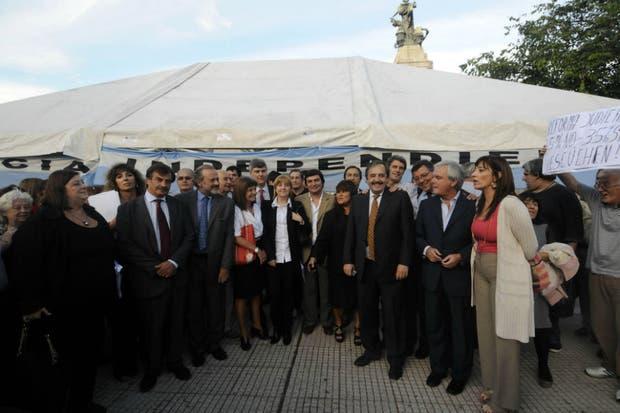 Amadeo, Bullrich, Alfonsin, Pinedo, Prat-Gay, entre otros diputados opositores, en la carpa instalado en frente del Congreso