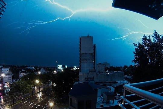 Una fuerte tormenta de viento y lluvia cayó sobre Buenos Aires causando graves daños. Foto: LA NACION / Gastón De la Llana