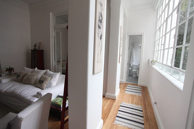 Imagen del pasillo de entrada que conecta a los distintos ambientes. A la izquierda, el sector social y el dormitorio; a la derecha, la cocina; y al frente, el baño. En total, el depto tiene 44 m2. Foto: Guadalupe Aizaga