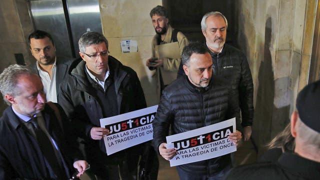 Comodoro Py: Paolo Menghini y otros familiares de víctimas de Once durante el inicio del juicio a De Vido