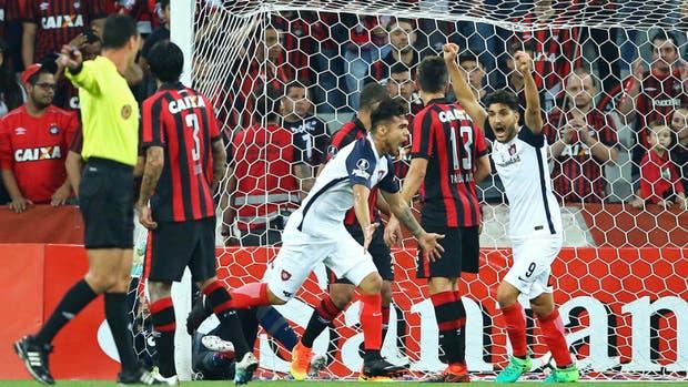 Paulo Díaz celebra el primer gol