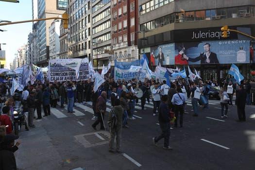 Las manifestaciones de los bancarios, el gremio telefónico y la Corriente Clasista y Combativa en puntos cercanos de la City generaron caos en la circulación. Foto: LA NACION / Ezequiel Muñoz