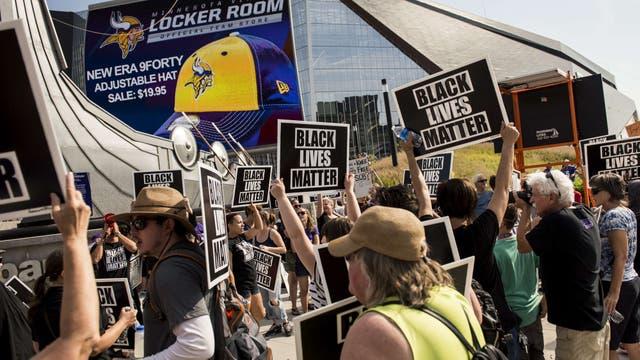 Activistas de los derechos civiles apoyaron el domingo a los jugadores de los Vikings