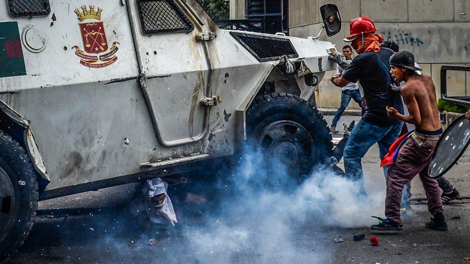 Uno de los vehículos de la guardia nacional atropella un manifestante. Foto: AFP / Federico Parra