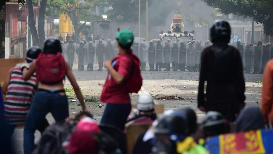 Enfrentamientos entre manifestantes y la Guardia Nacional durante el paro de 48 horas convocado por la oposición. Foto: AFP / Ronaldo Schemidt