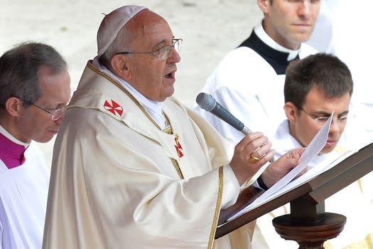 En una emotiva ceremonia, el papa Francisco proclamó hoy la santidad de Juan XXIII y Juan Pablo II ante Benedicto XVI. Foto: AFP
