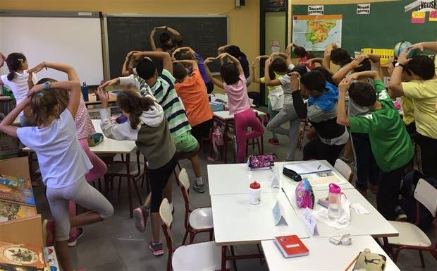 Ejercicios de equilibrio en el colegio primario Rayuela, en Madrid