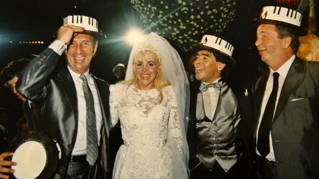 El casamiento de Maradona: aquí Diego y Claudia junto a Bilardo y Grondona