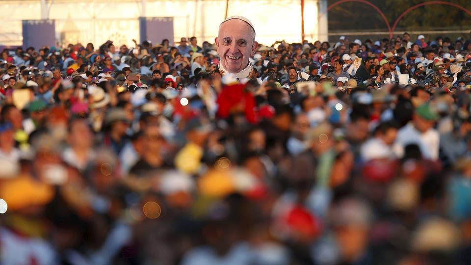 Una imagen del Papa entre la multitud de Ciudad Juárez. Foto: Reuters