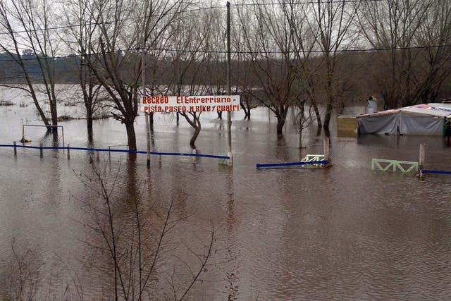 Desde la ruta 8 se observa cómo las cercanías del río Luján, en el partido de Pilar, quedaron bajo el agua; decenas de personas todavía permanecen evacuadas en el distrito