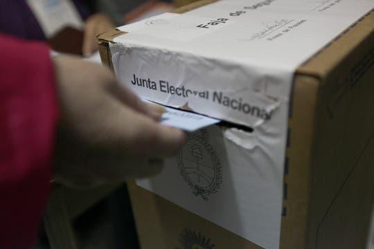 En una elección decisiva para los comicios de octubre, los votantes se acercan a las escuelas. Foto: LA NACION / Ezequiel Muñoz