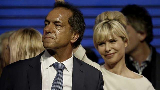 Decepcionado, Scioli junto a su esposa, Karina Rabolini