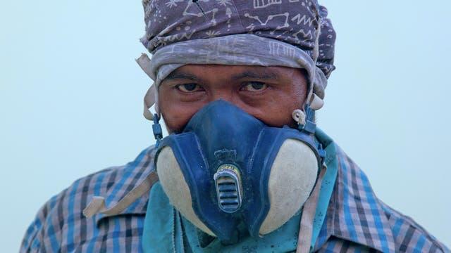Budi, tiene 39 años y es de Bali, hace 21 que años trabaja en la recolección de azufre.