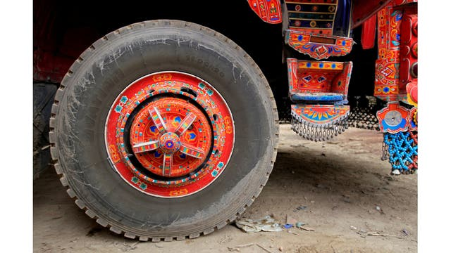 Un camión decorado a las afueras de Faisalabad