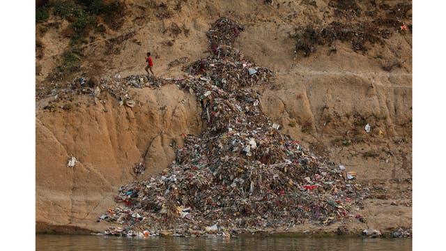 Basura a lo largo del río Ganges en Mirzapur