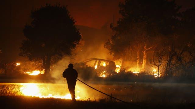 Bomberos trabajan para apagar un fuego en Biguglia, en la isla mediterránea francesa de Córcega.