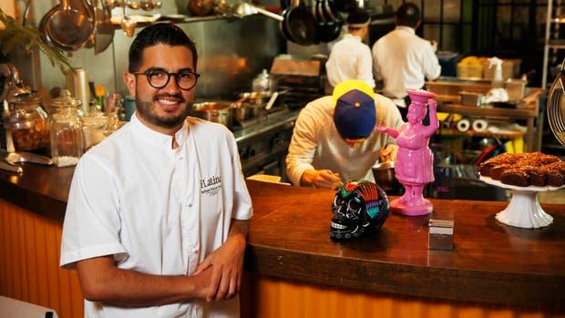 El chef Santiago Macías en la cocina del lugar que ya tiene su sello