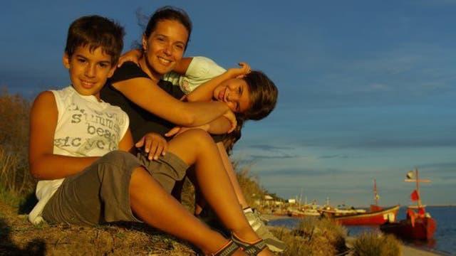Antes del accidente, con sus hijos Joaquín y Paloma, los faros que guiaron su camino hacia la recuperación