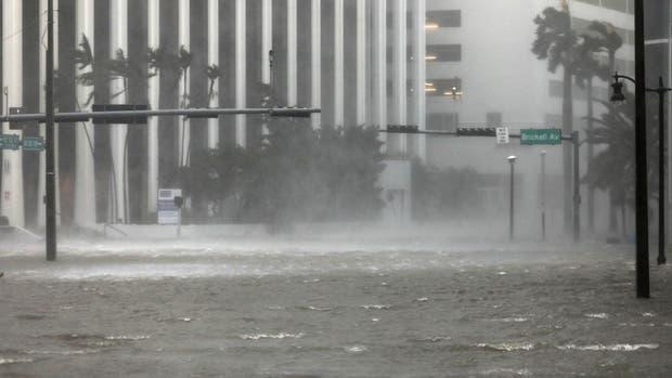 La calle Brickell, el distrito financiero de Miami, tapado ayer por le agua que llevó Irma