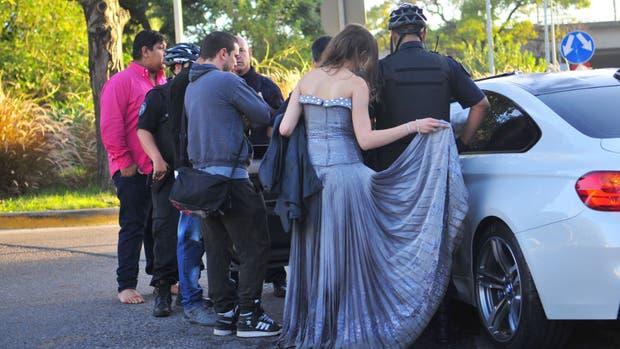 Policías, testigos y gitanos vestidos de fiesta, junto al BMW chocado