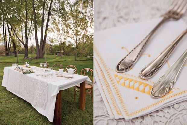Como un convite de buenos recuerdos, la mesa principal se vistió con un mantel de encaje que pertenecía al ajuar de la abuela de la novia.