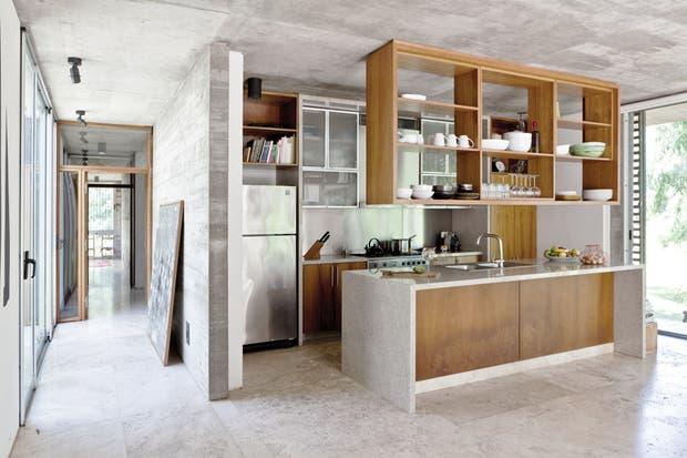 El piso de toda la casa es de mármol Travertino modulado (Ragolia).La cocina se resolvió con un mueble ejecutado en madera de incienso (carpintería Oscar Dutra), con una mesada en granito y sus correspondientes artefactos (Smeg)..